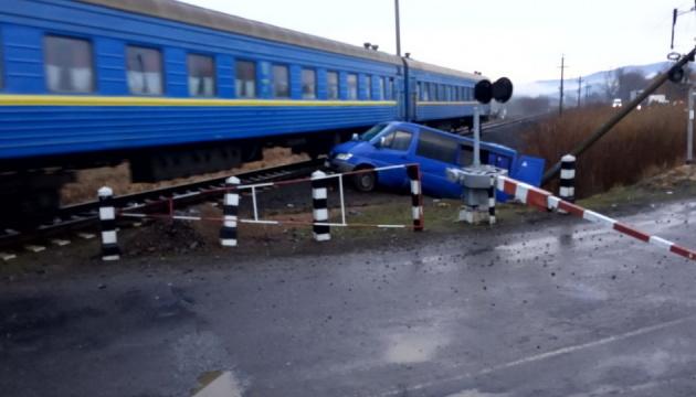 На Закарпатті авто зіткнулося з локомотивом: є постраждалі