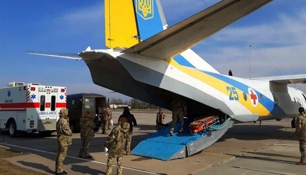 В Киев и Винницу доставили 14 раненых на Донбассе военных