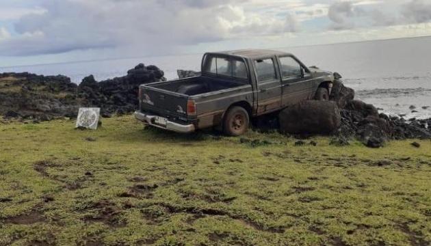 На острові Пасхи автівка розбила старовинну статую
