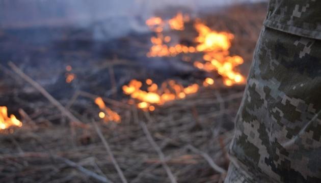 Через обстріли окупантів поблизу Мар'їнки сталася пожежа - горів опорний пункт ЗСУ