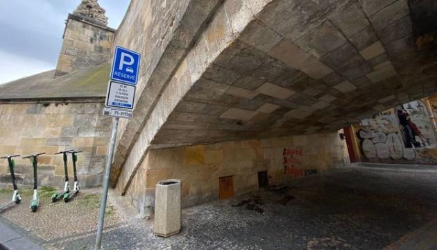 Вандали зробили графіті на Карловому мості у Празі