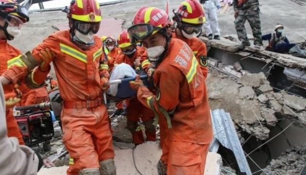 У Китаї кількість загиблих під завалами карантинного готелю зросла до 27