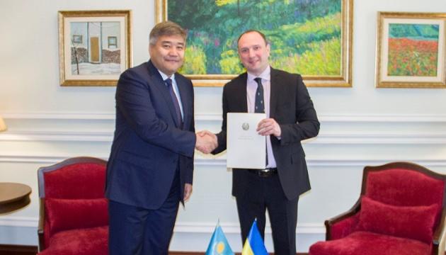 Новий посол Казахстану в Україні вручив копії вірчих грамот у МЗС