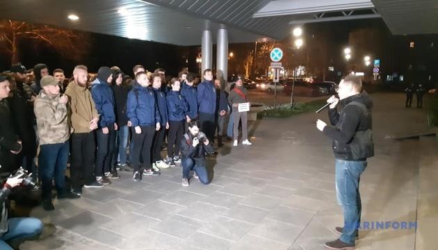 У Запоріжжі ветерани АТО запалили фаєри та вимагали відкрити справу проти Сивохи