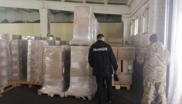 У Борисполі знайшли 2,5 тонни масок, які хотіли вивезти до Китаю, Італії та Франції