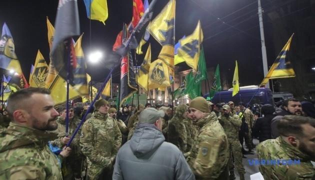 У Києві добровольці пройшлися маршем до посольства РФ