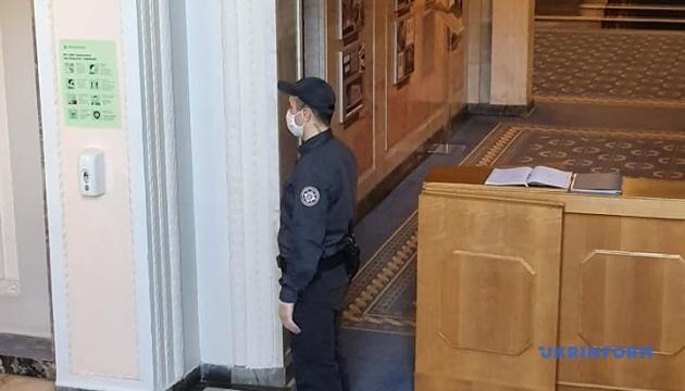 Рада працює в умовах карантину - міряють температуру і видають маски