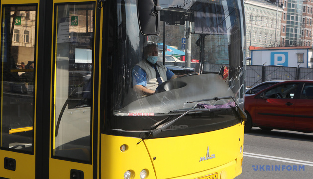 Київ зупинив громадський транспорт - возять лише за перепустками