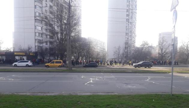 Lange Schlangen an Haltestellen in Kyjiw: Hunderte Menschen warteten auf Busse