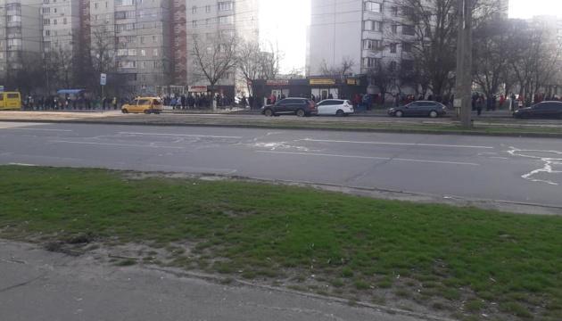 Київ у чергах: сотні людей чекають транспорт на зупинках