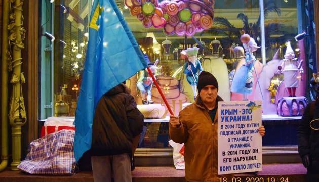 「クリミアはウクライナだ」露サンクトペテルブルクにてクリミア・タタール人支持集会