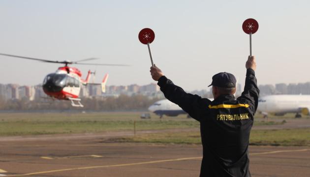 Вертоліт ДСНС евакуював з Донбасу до Києва вагітну у тяжкому стані