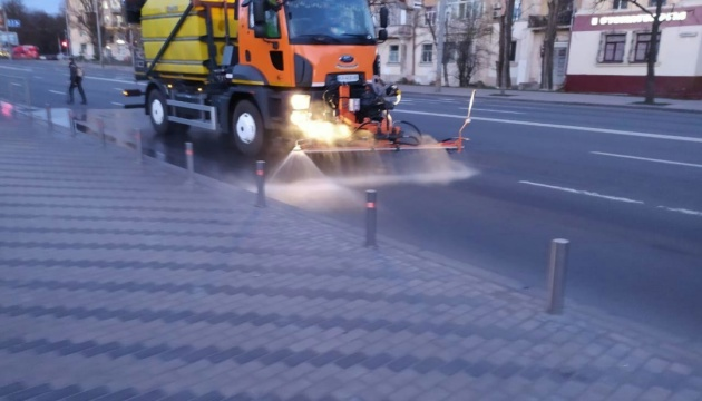 Як миють дороги, зупинки та підземні переходи у Києві