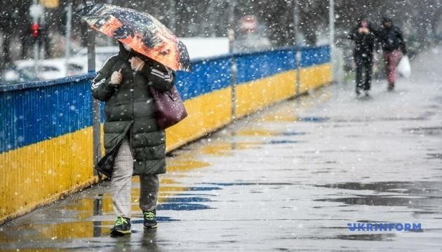 У Києві весняний сніг прибирають майже сто одиниць спецтехніки