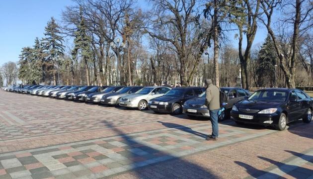 Рада передала лікарям 25 машин зі свого автопарку