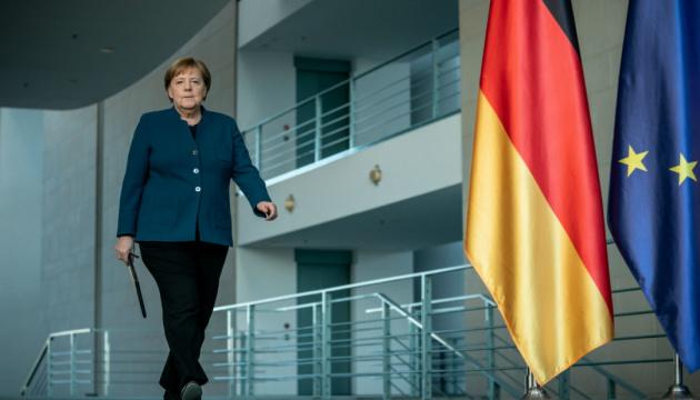 Карантин у Німеччині. Меркель у домашньому офісі та прогулянки удвох