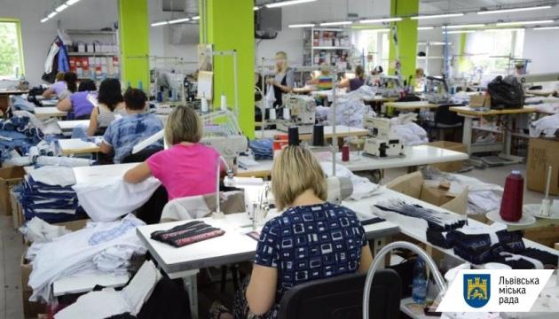 П'ять підприємств Львівщини перейшли на пошиття костюмів і масок