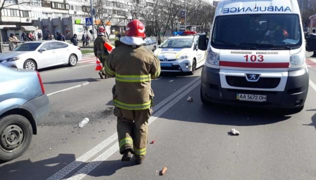 У Києві на пішоходному переході авто збило жінку і дитину
