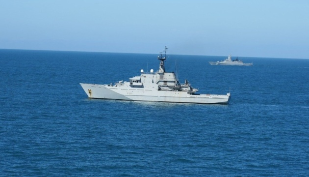 """Біля берегів Британії помітили сім """"активних"""" російських кораблів"""