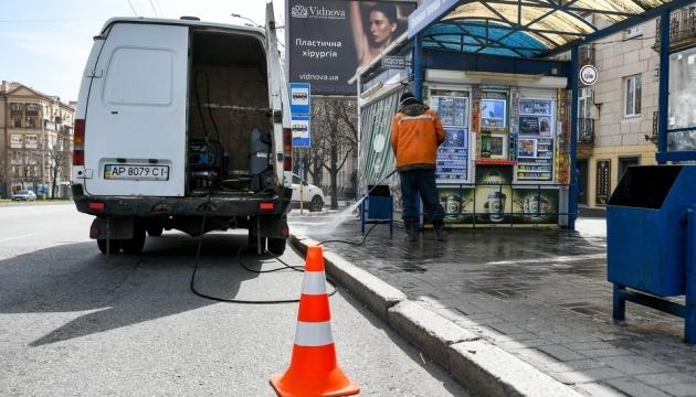 У Запоріжжі миють дороги і зупинки для профілактики коронавірусу
