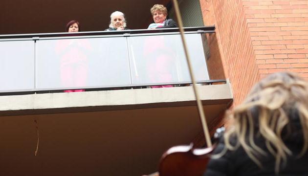В Канаді скрипалька, роз'єднана з бабусею через Covid-19, влаштувала для неї музичний виступ