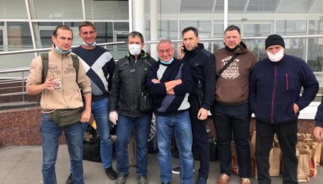Додому повернули одеських авіаторів, які застрягли в Уганді