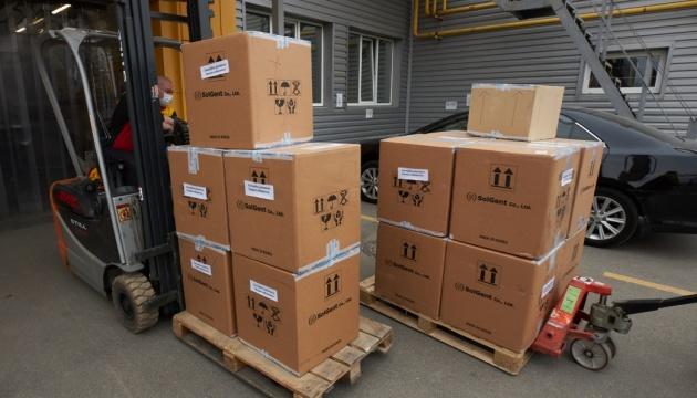 Із Південної Кореї в Україну доставили 100 тисяч ПЛР-тестів