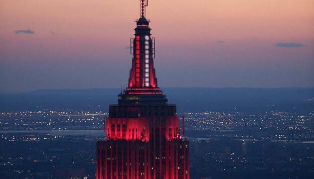 Empire State Building підсвітили на честь медиків, які борються з коронавірусом