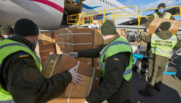 В Україну прибув літак з новою партією ПЛР-тестів та засобів захисту