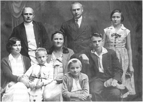 Брати Олександр і Юрій Вороні з родинами, 1936 р.