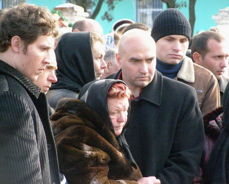Дружина та син на похоронах