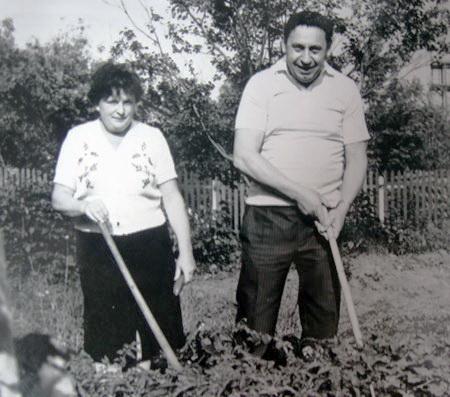 Подружжя Касьянів на городі