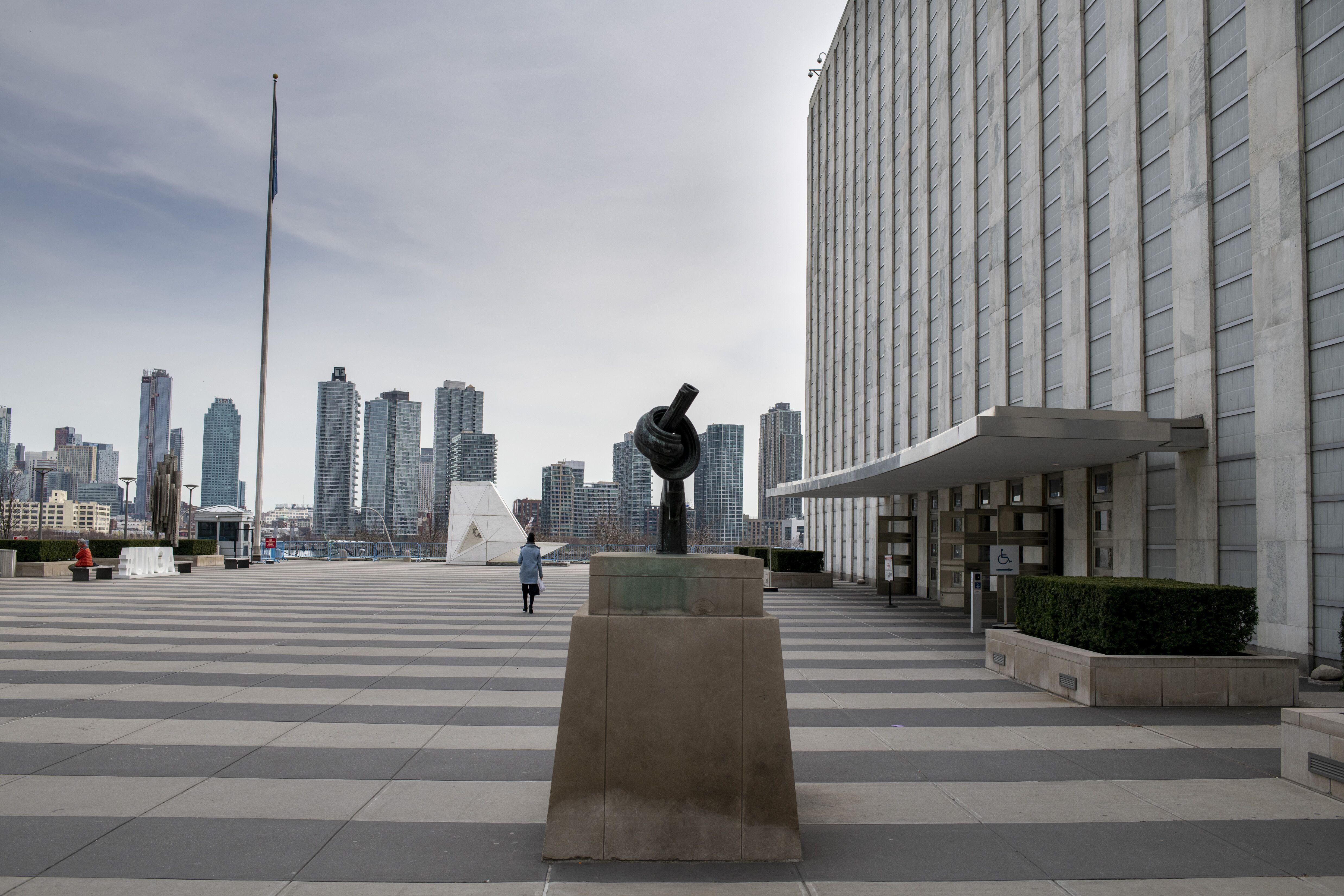 Біля входу в штаб-квартиру ООН