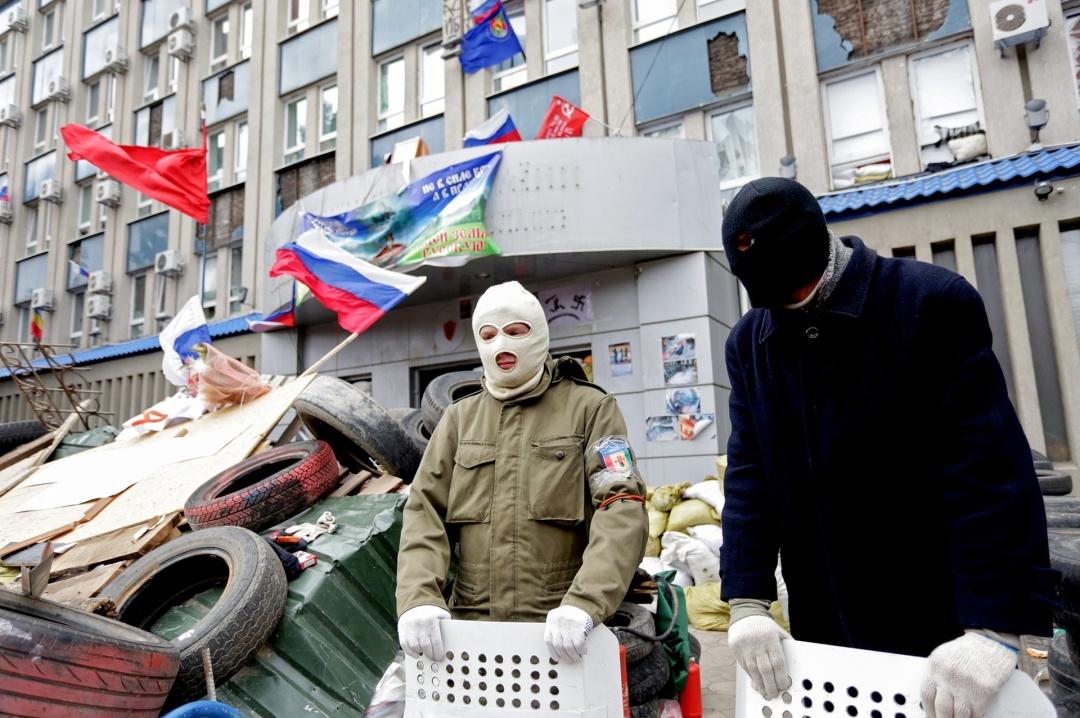 Будівлю луганської СБУ  в 2014 р. захопили бкз спротиву і одразу пройшли до зброярні