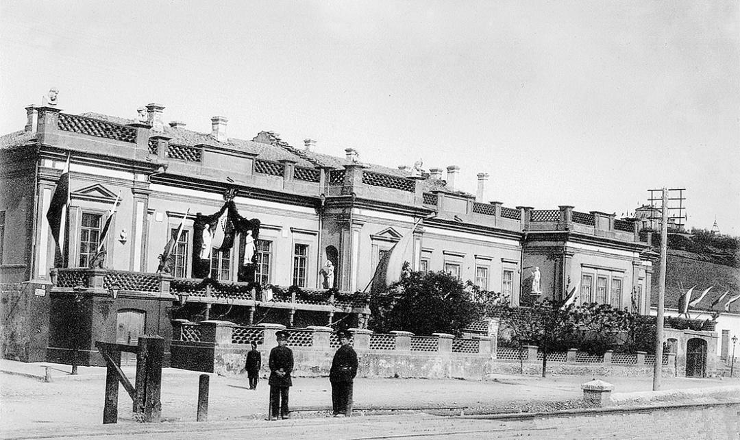 фасад будинку Івана Айвазовського у траурні дні прощання з покійним художником