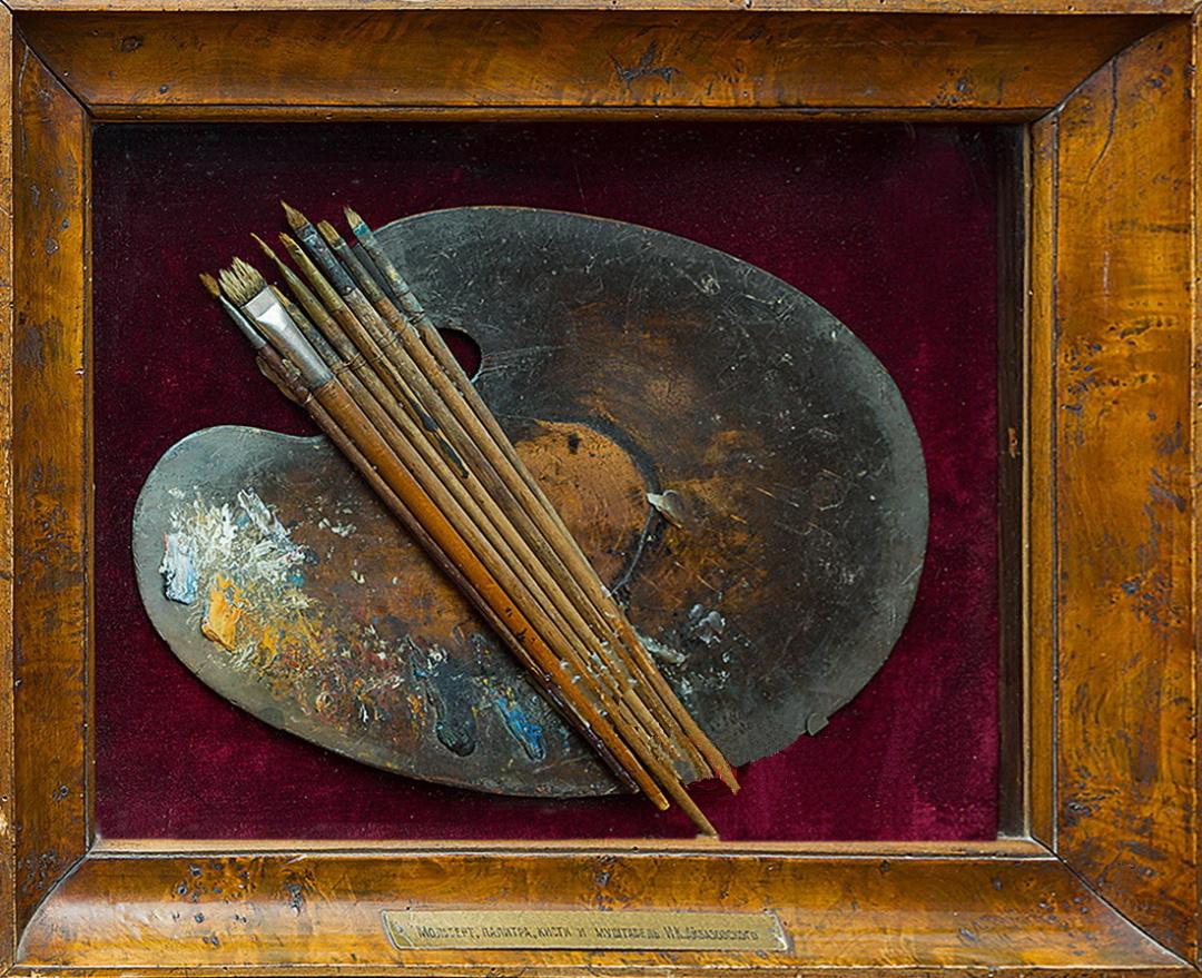 палітра і пензлі Івана Айвазовського, виставлені в залі Феодосійської картинної галереї імені Івана Айвазовського