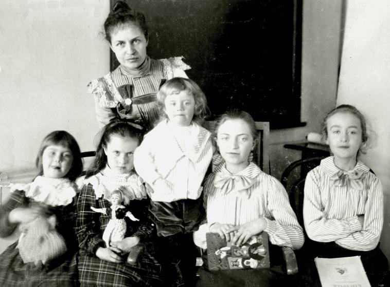 Ольга Миколаївна Кащенко з дітьми Ольгою, Галиною, Миколою, Оленою, Марусею,  Томськ,1902 р.