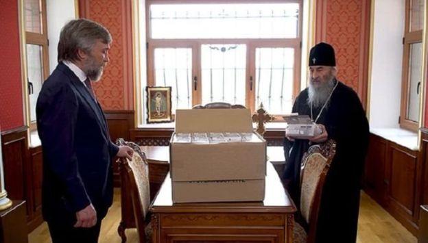 14 апреля Вадим Новинский передал УПЦ МП 850000 защитных масок