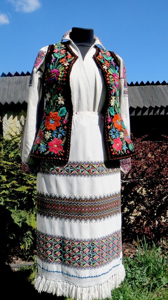 Шевченківський гай влаштував онлайн-показ колекції бойківського одягу