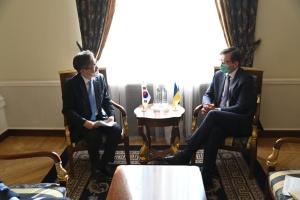 Кулеба обговорив з послом Кореї збільшення інвестицій в економіку України