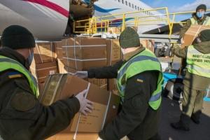Avión con pruebas PCR y kits de protección llega a Ucrania