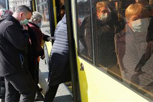 У Кропивницькому пара, яку не пустили в салон без масок, розбила лобове скло автобуса