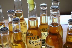 Виробник пива Corona призупиняє роботу через COVID-19