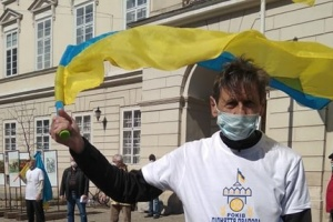 Львів'янин завершив 23-денний пробіг із прапором України