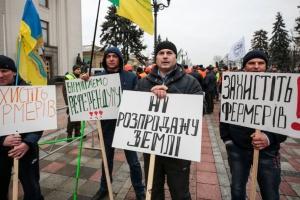 Украинцы впервые в истории стали владельцами земли, но почему-то не обрадовались