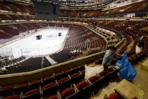 Всем плевать на НХЛ, арены лучше превратить в госпитали - канадский врач