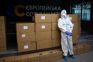 Фонд Порошенко передал первую партию защитных костюмов в больницы в регионах