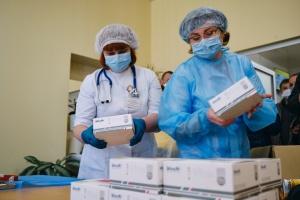 МОЗ отримало від Фонду Ахметова 300 тисяч експрес-тестів
