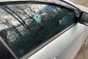 Оккупанты на Донбассе сбросили с дрона заряд и повредили машину съемочной группы – штаб ООС