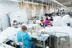 Дві вінницькі фабрики на замовлення міськради пошиють понад 17 тис. захисних костюмів для медиків